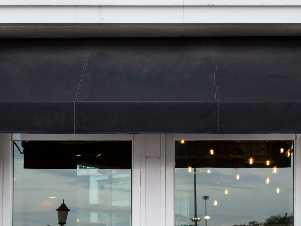 choosing-right-awning-for-restaurant